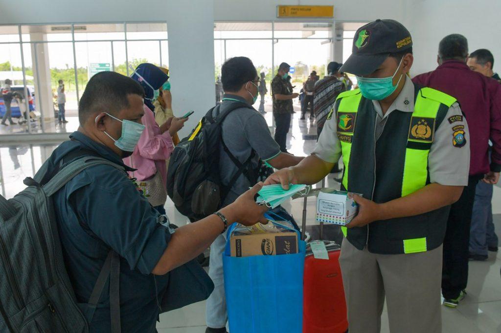 masker diberikan di bandara