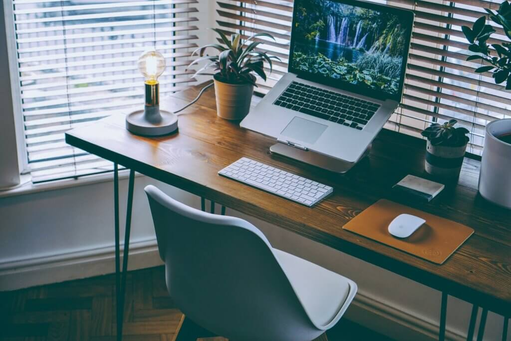 desain meja kantor di rumah