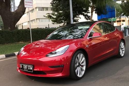 mobil listrik-Tesla 3